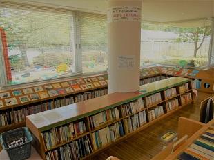 中央児童室の幼児絵本コーナーの写真