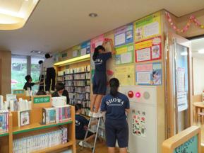 おすすめの本を紹介する展示と児童室の飾りつけをしている様子の写真